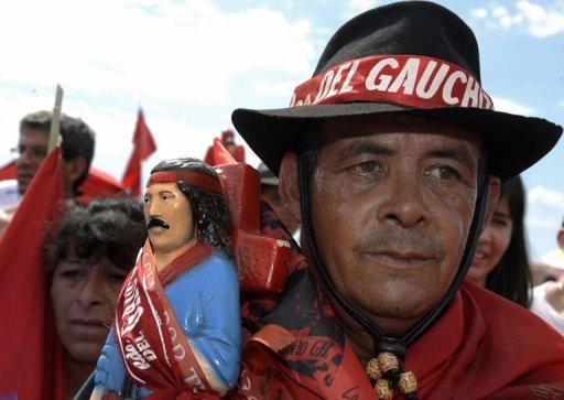 """La Iglesia Católica trata de encauzar la devoción popular al """"Gauchito Gil"""" [2011-1-9]"""
