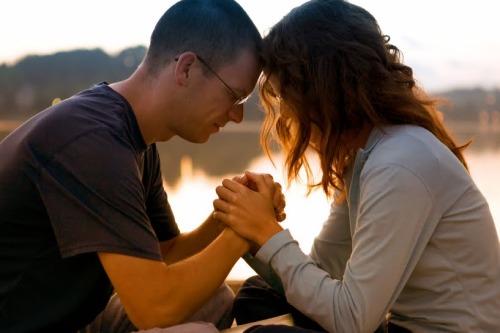 pareja orando