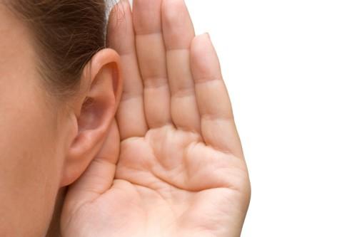 oreja y trata de escuchar