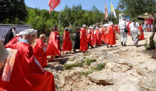 Knights Of Christ The King subiendo el monte kricevac en medjugorje fondo
