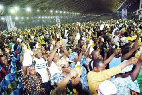 fieles en iglesia san pablo de benin city nigeria