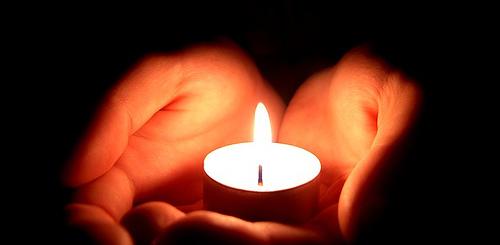 manos con una vela