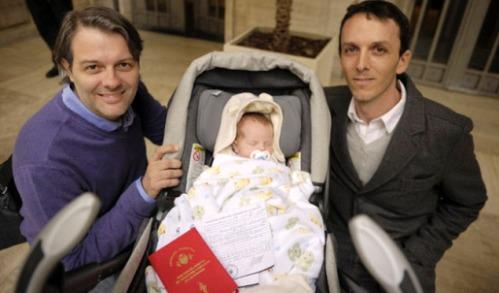 pareja homosexual que inscribio a su hijo en argentina
