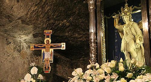 estatua de san miguel arcangel en el Monte Sant Angelo en Gargano