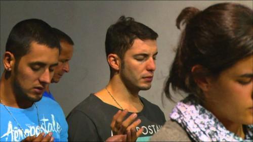 jovenes orando liberacion