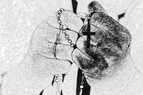 manos de mujer con rosario