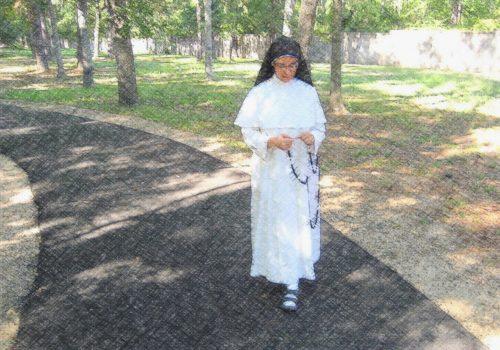 monja rezando el rosario