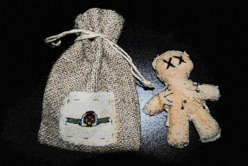 muñeco vudu y bolsa