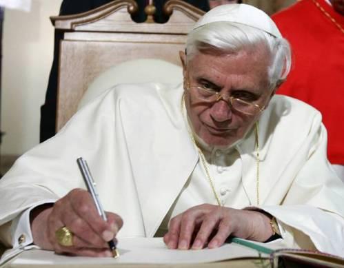 BenedictoXVI escribiendo