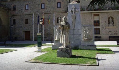 monumento a santo domingo de la calzada delante de la catedral