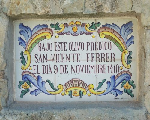 placa de la predicacion frente a un olivo de san vicente ferrer