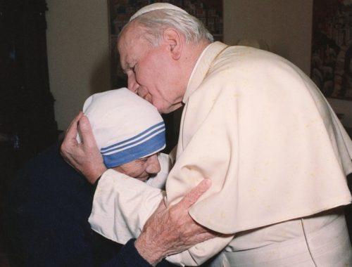 Juan Pablo II besa a la madre Teresa de Calcuta
