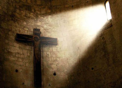 exorcismo cruz en penumbra