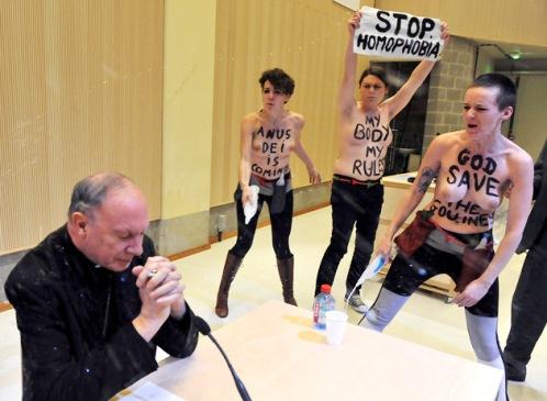 feministas de femen atacan al arzobispo de bruselas