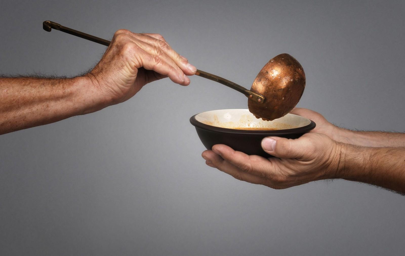 mano sirviendo un plato fondo