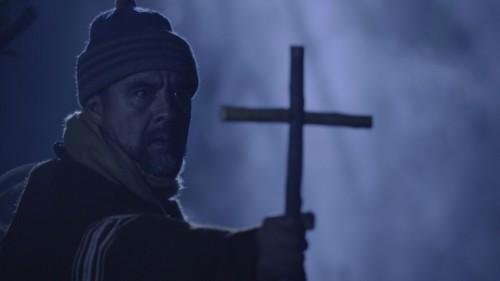 hombre con una cruz