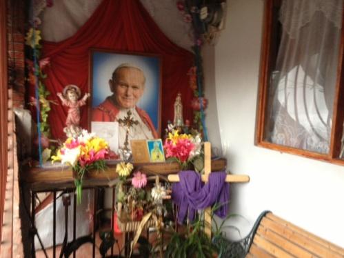 altar en la casa de floribeth mora