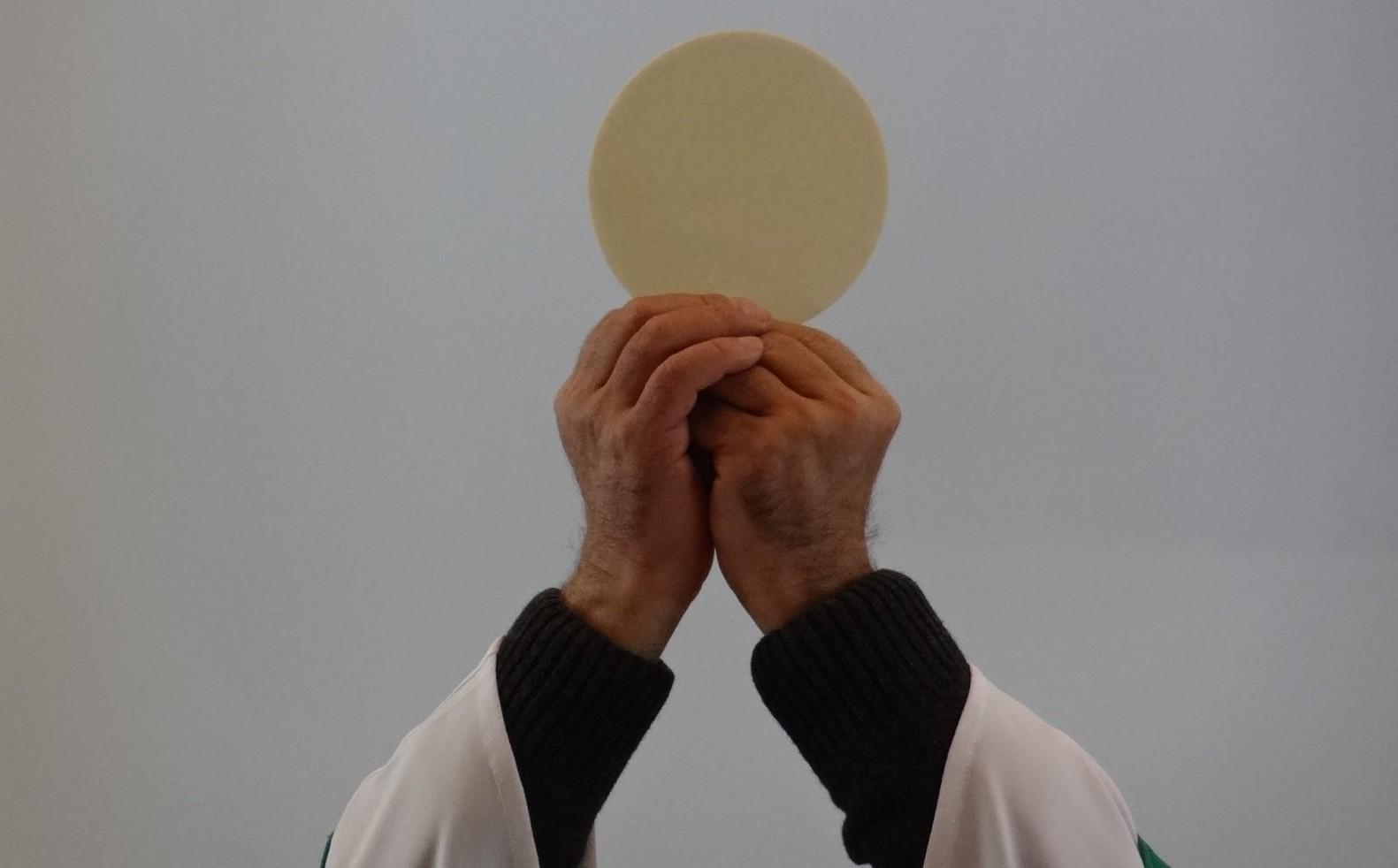 Una Aparición con Numerosos Milagros Eucarísticos: Madre de la Eucaristía, Italia (13 de junio)