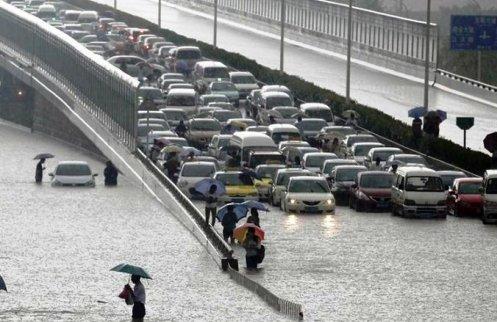 inundacion en puente con autos