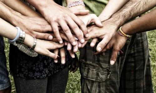 manos arriba de otras