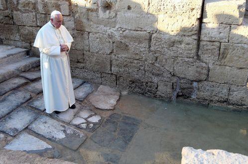 papa en el lugar de bautismo de jesus
