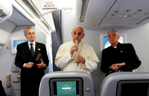 papa francisco en conferencia en avion