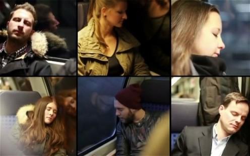 personas apoyadas en el vidrio de un tren