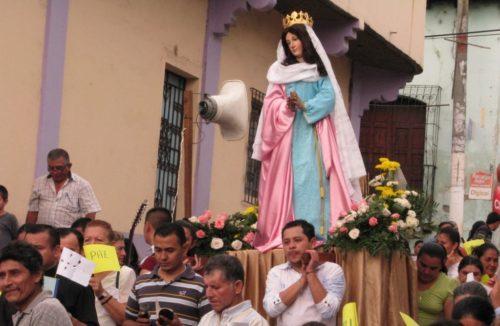 Procesion llevando a la Virgen María en Italia