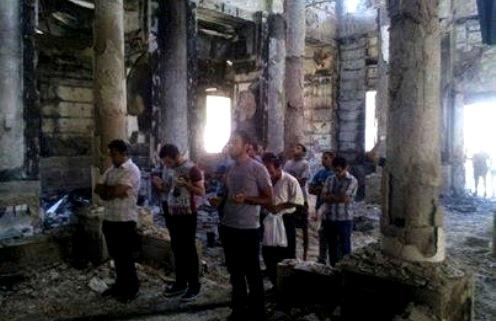 coptos rezando en una iglesia egipcia destruida