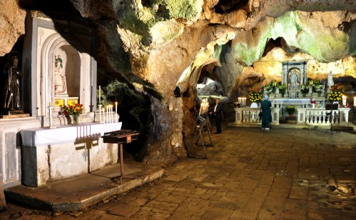 gruta de san miguel arcangel en el mont sant angelo