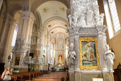 interior de la basilica de siluva