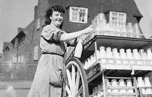 mujer repartiendo leche