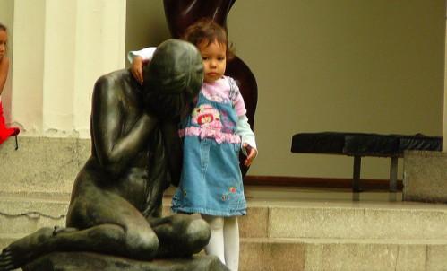 nina consolando una estatua