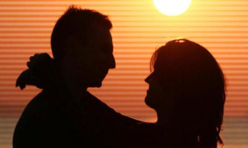 pareja-silueta-atardecer