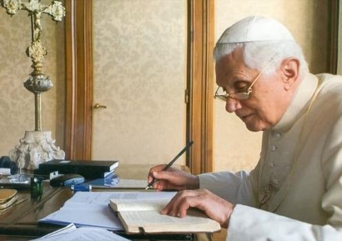 benedicto xvi escribiendo