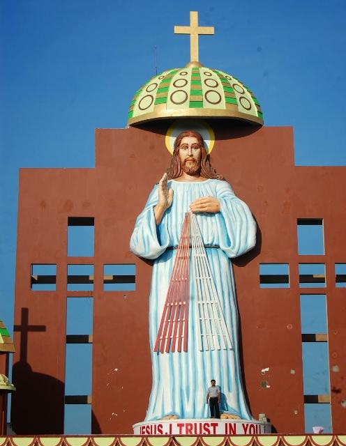 estatua de jesus en la india comparada con un hombre
