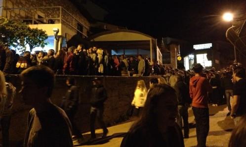 gente haciendo cola para entrar en la casa de vicka