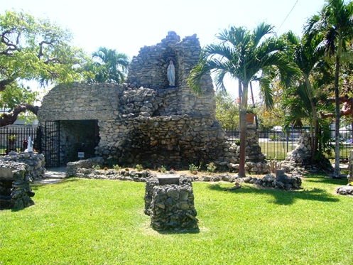 Una gruta que protege contra huracanes destructivos con la oración