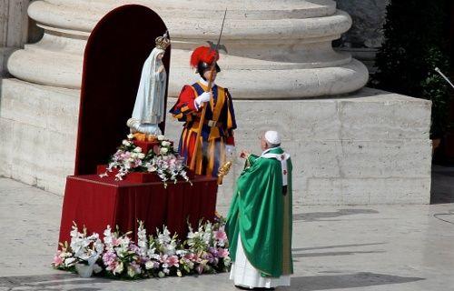 Papa_Francisco_consagrando el mundo