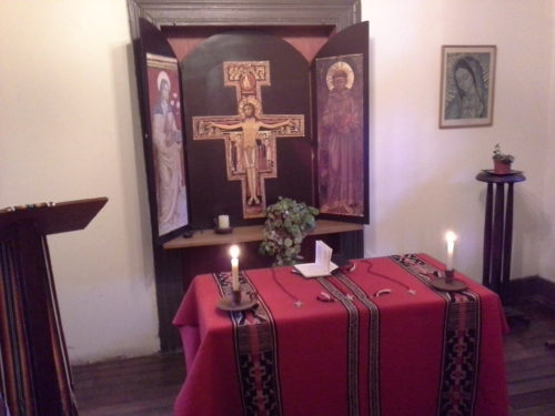 altar privado con la crz de san damiano