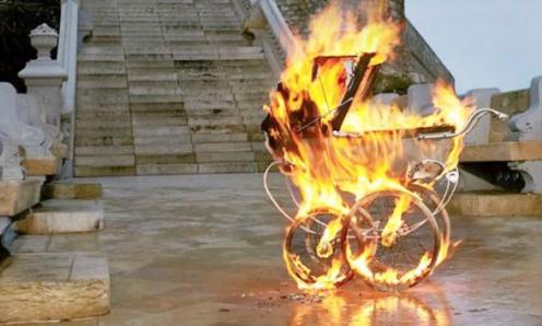 carrito de bebe prendido fuego
