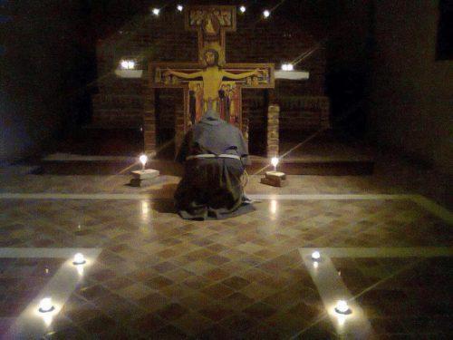 monje orando ante loa cruz de San Damiano