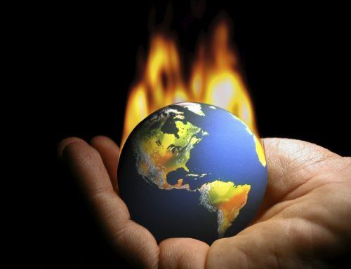 mundo que se prende fuego en una mano