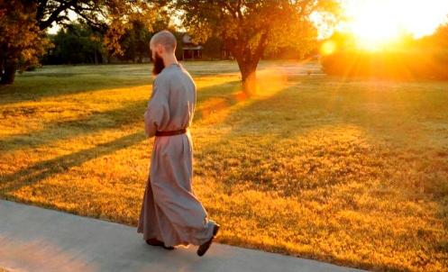 eremita-caminando-al-amanecer