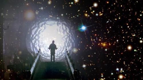 hombre hacia otra dimension