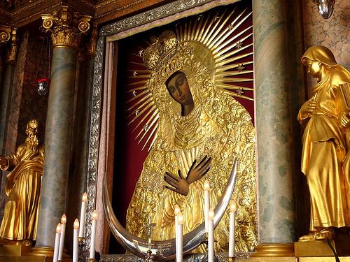imagen de ns de ostra brama en el altar de la iglesia