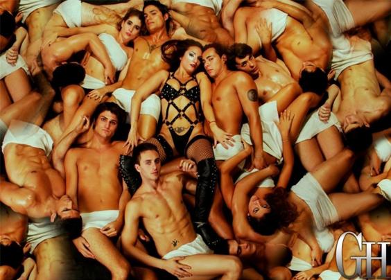 jovenes semi desnudos todos juntos