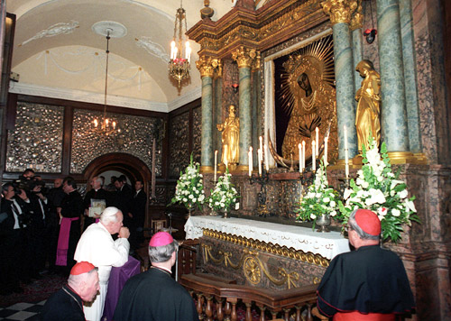 juan pablo II orando en el altar de ns de la misericordia de ostra brama