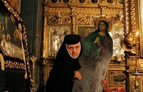 monja ortodoxa con imagen de maria