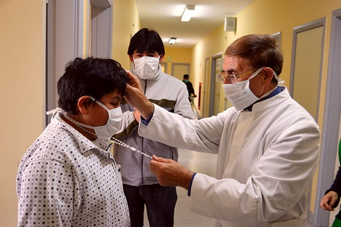 padre manuel rodriguez sanando en un hospital